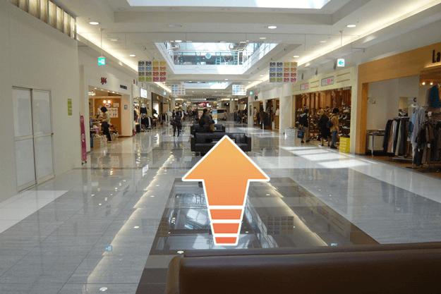 一階、専門店街をぬけ、食料品売り場を左へ