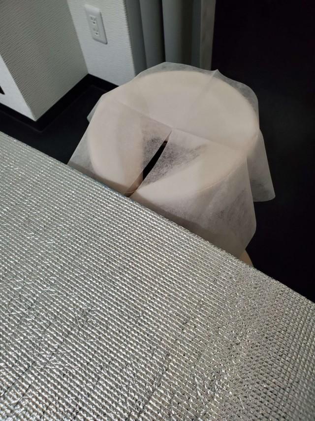 施術毎の消毒に施術ベッドをアルミシートでカバー